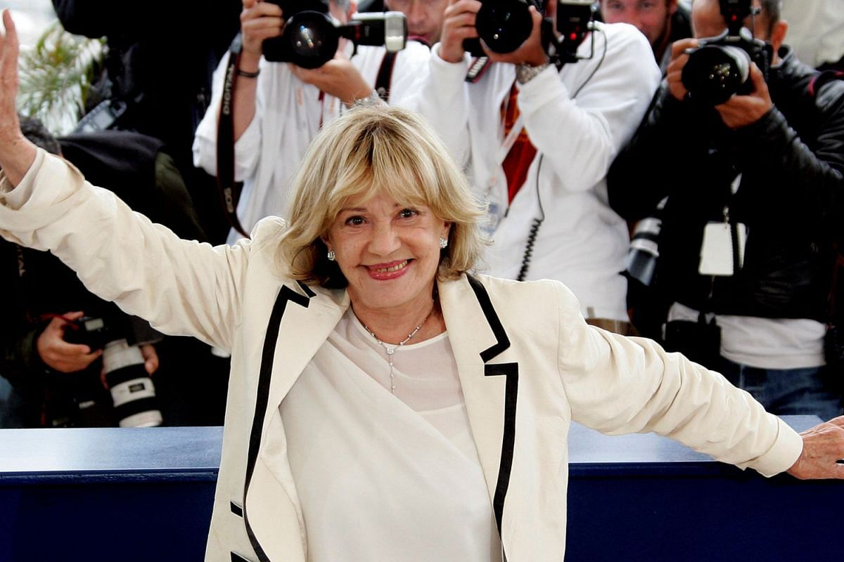 Jeanne Moreau waves during a photocall for French director Ozon's film Le Temps Qui Reste at the 58th Cannes Film Festival, in Cannes, on May 16, 2005.
