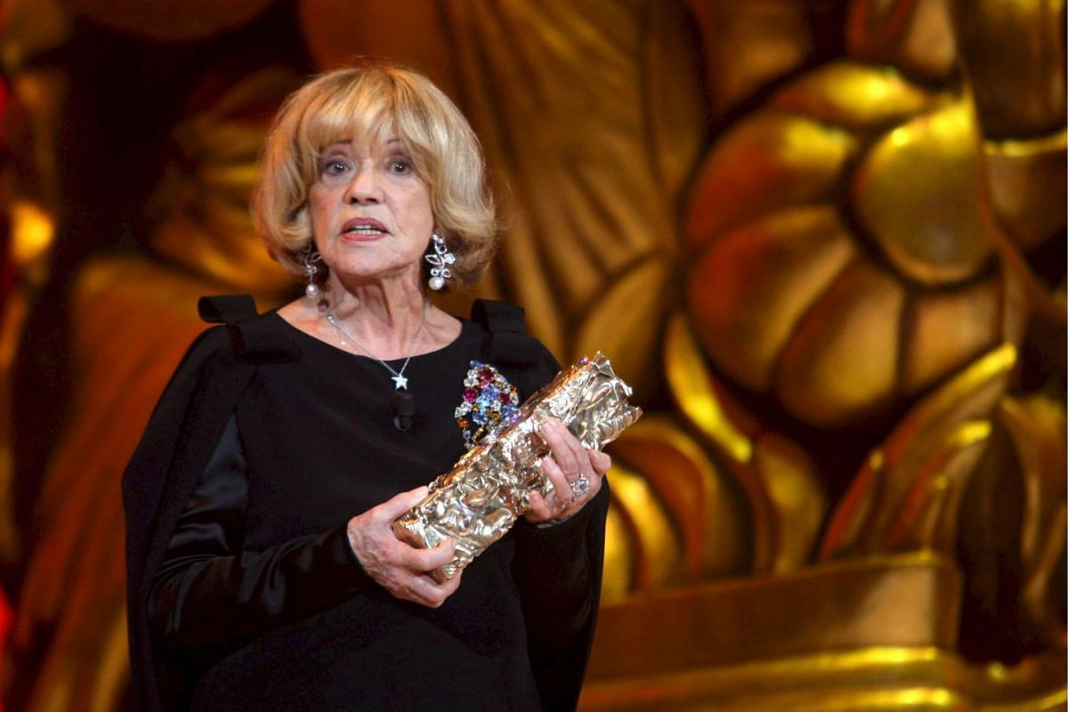 Jeanne Moreau poses for photographers with her Honorary Cesar during the 33rd Cesar Awards in Paris, on Feb 22, 2008.