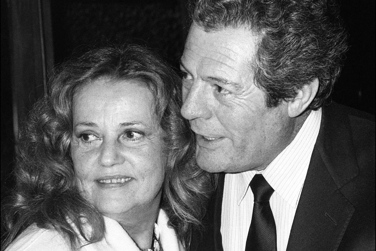 Jeanne Moreau poses with Italian actor Marcello Mastroianni at the seventh festival of Italian film in Nice on Dec 13, 1985.