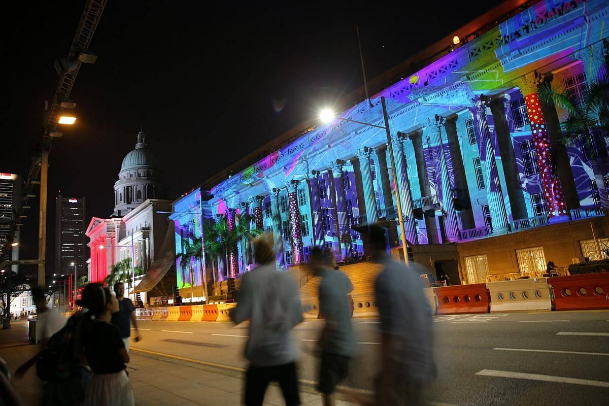 The projection of Hemera's Dream on the facade of Victoria Theatre and Concert Hall.