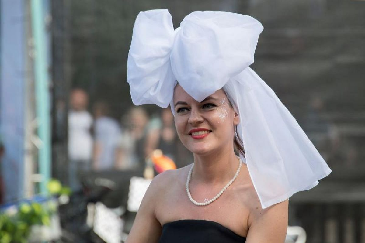 What's knot to like about this classic black-and-white combo with a statement headdress? This participant should take a bow.