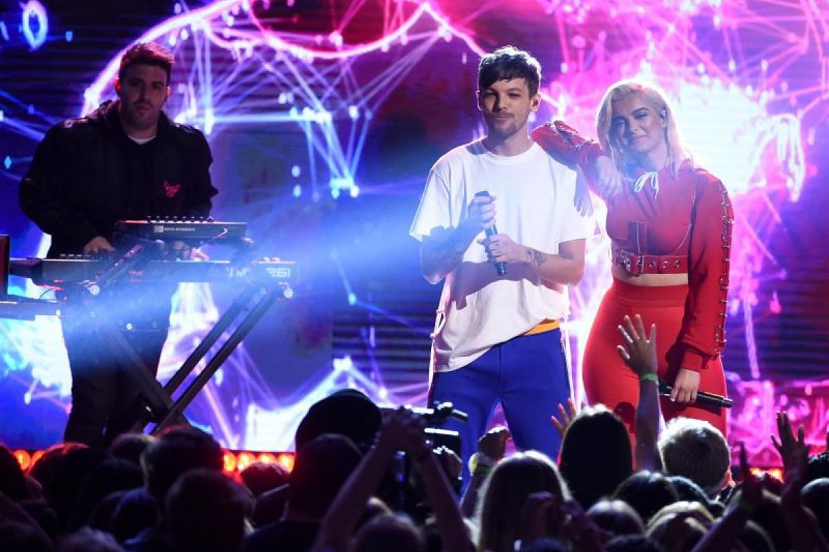 British singer Louis Tomlinson and US singer Bebe Rexha performing during the Teen Choice Awards 2017.
