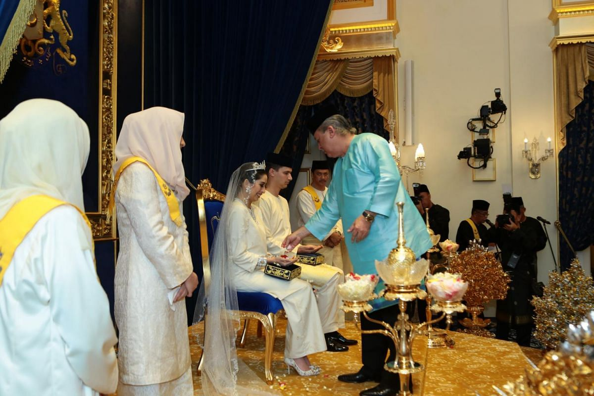 Sultan Ibrahim of Johor, the father of Princess Tunku Aminah, performs the blessing ceremony.