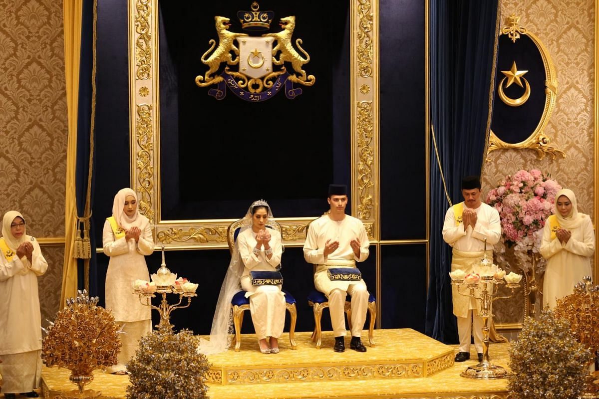 Johor Princess Tunku Tun Aminah and Dutch-born Dennis Muhammad made their first public appearance as husband and wife in the historic Istana Besar (Grand Palace)