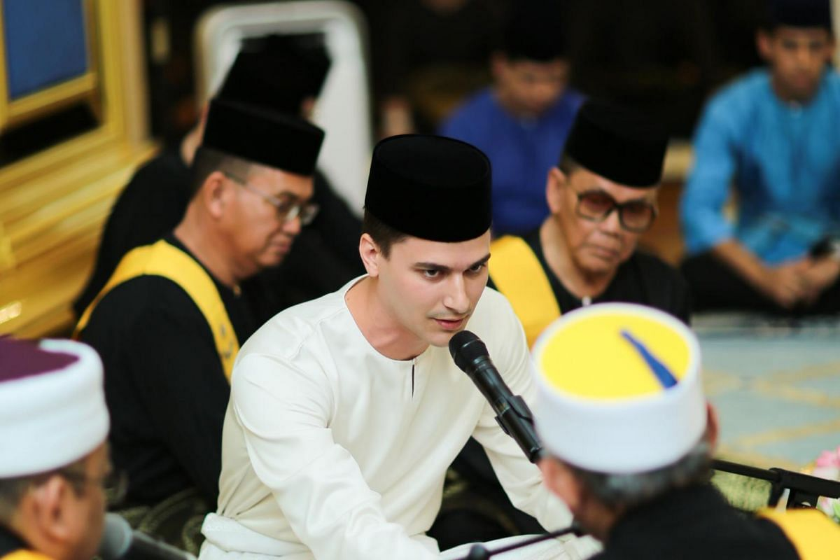 Dennis Muhammad reciting his marriage vows before Johor state Mufti, Dato' Mohd Tahrir Samsudin.