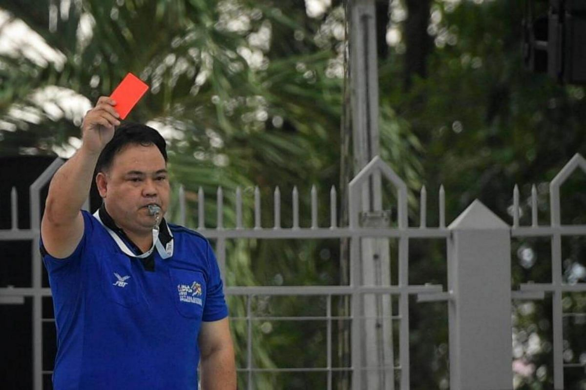 The match referee shows the red card to Singapore's Samuel Yu during the SEA Games men's water polo match between Singapore and Indonesia on Aug 18, 2017.