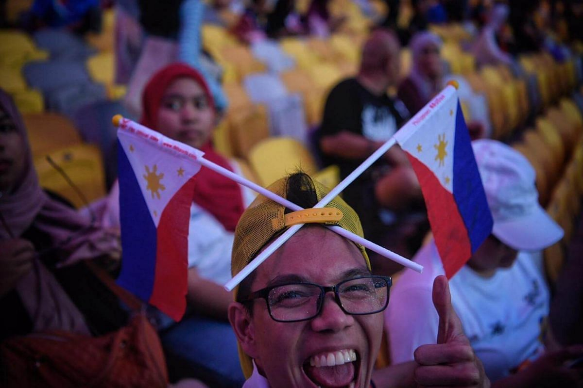 A Filipino fan before the opening ceremony.