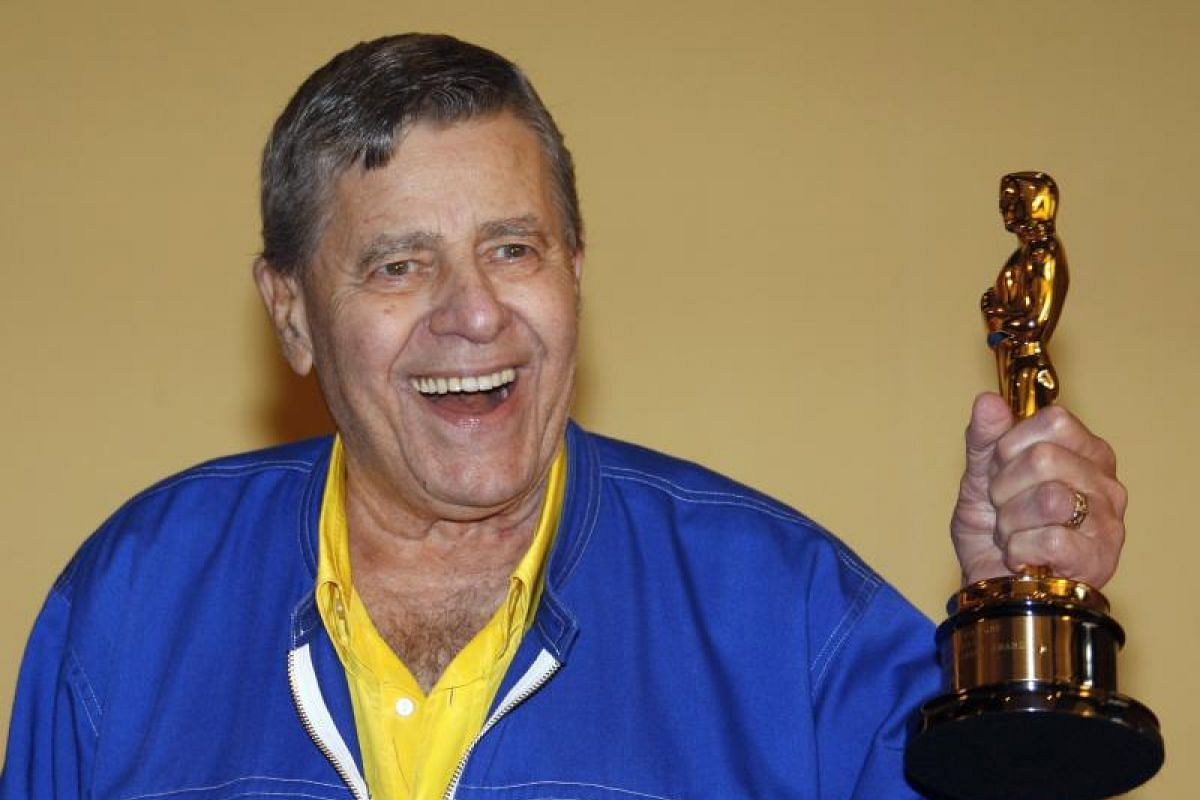 US actor Jerry Lewis posing with his Oscar for the Jean Hersholt Humanitarian Award in Cannes on May 15, 2009.