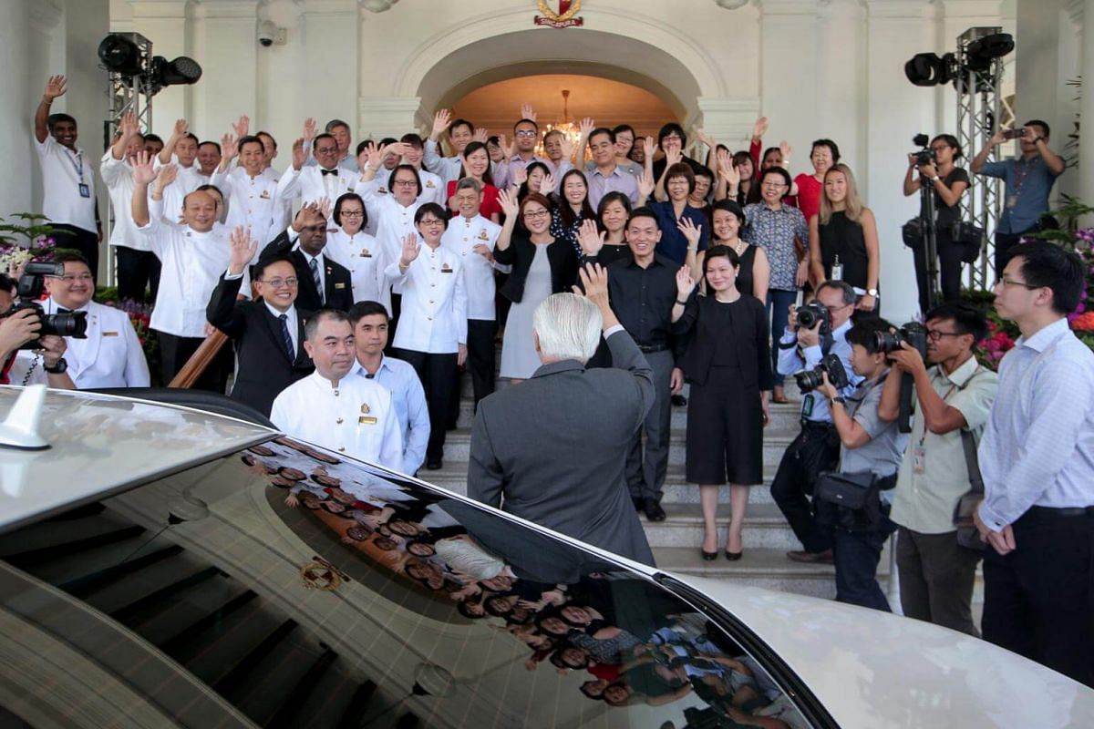 Staff bade farewell to President Tony Tan at the Istana on Aug 31, 2017.