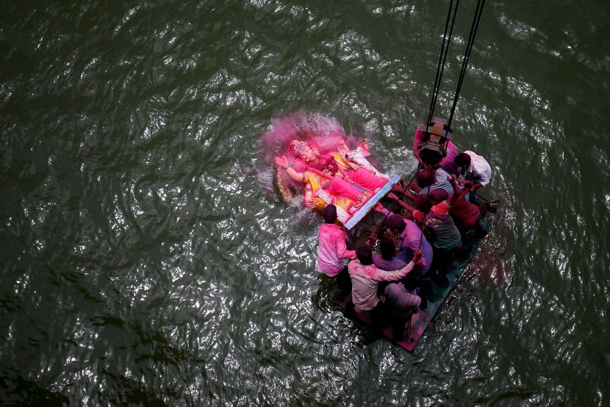 Devotees immerse an idol of the Hindu god Ganesh, the deity of prosperity, into the Sabarmati river on the last day of the Ganesh Chaturthi festival in Ahmedabad, India September 5, 2017. PHOTO: REUTERS