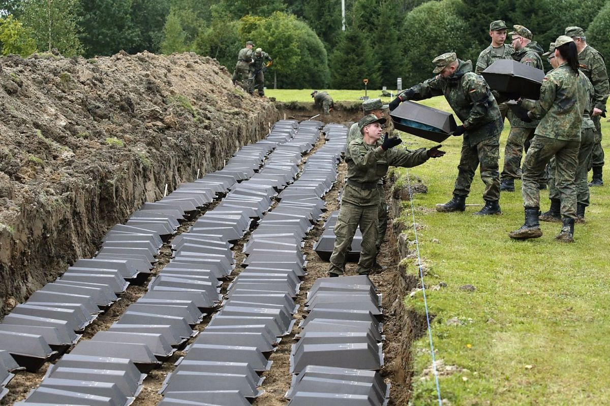 German and Russian soldiers take part in the reburial ceremony of the remains of WWII German soldiers at the German cemetery in Sologubovka about 60 km from St. Petersburg, Russia, September 6, 2017. PHOTO: EPA-EFE
