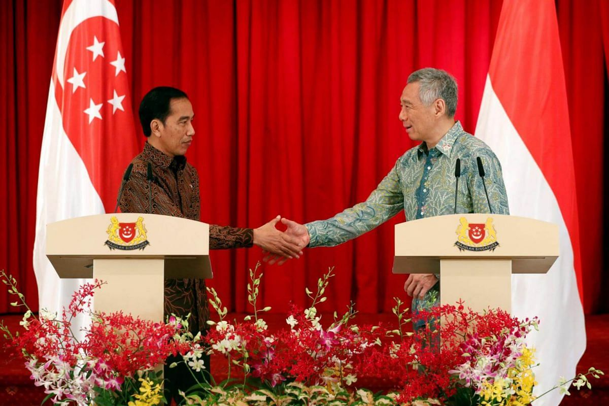 Indonesia's President Joko Widodo shakes hands with Singapore's Prime Minister Lee Hsien Loong during a joint news conference at the Istana in Singapore on Sept 7, 2017.