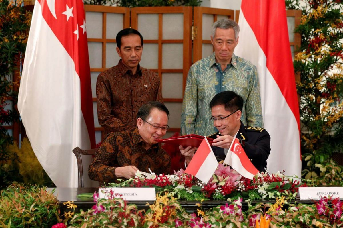Indonesia's President Joko Widodo and Singapore's Prime Minister Lee Hsien Loong witness a memorandum of understanding ceremony at the Istana in Singapore on Sept 7, 2017.