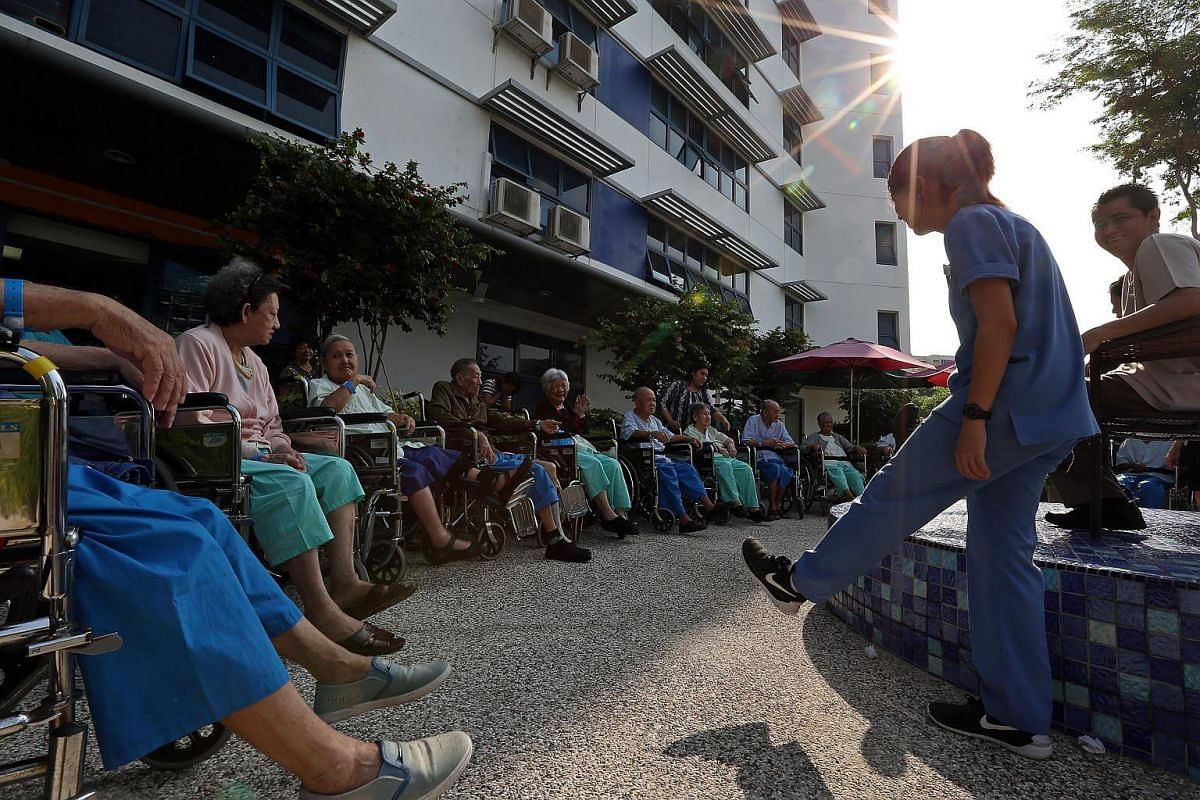 Led by physiotherapists, occupational therapists and therapy assistants, SACH patients at the dementia care ward take part in daily morning exercises at the rooftop garden. The physiotherapists engage patients in physiotherapy-led exercises which imp