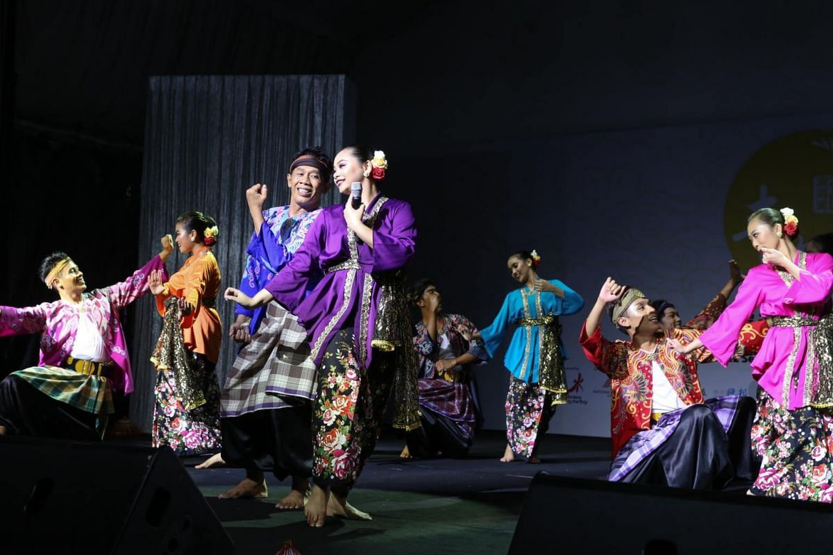 A full-dress rehearsal by Malay performing arts group Artiste Seni Budaya. Besides lantern sets symbolic of bountiful harvests and good fortune, the Gardens will also feature nightly cultural performances.