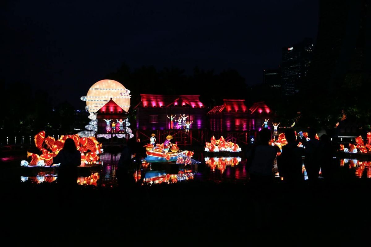 The Waters of Prosperity set is the largest lantern display created by the Gardens to date. Spanning an area of 1,250 sq m over water, it portrays a fishing village teeming with 70 carp-shaped lanterns.