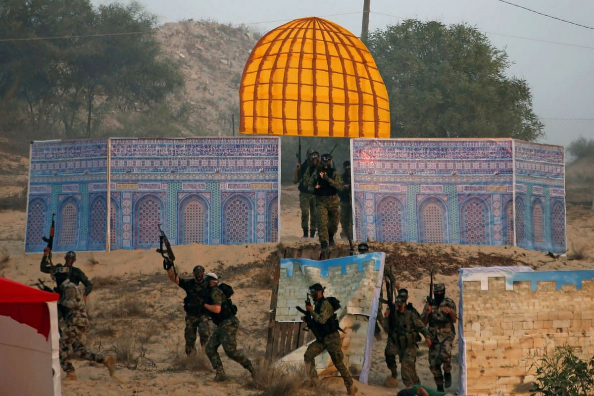 Palestinian militants of the al-Nasser Saladin Brigades take part in a drill as a model depicting the Dome of the Rock is seen in Khan Younis in the southern Gaza Strip September 19, 2017. PHOTO: REUTERS