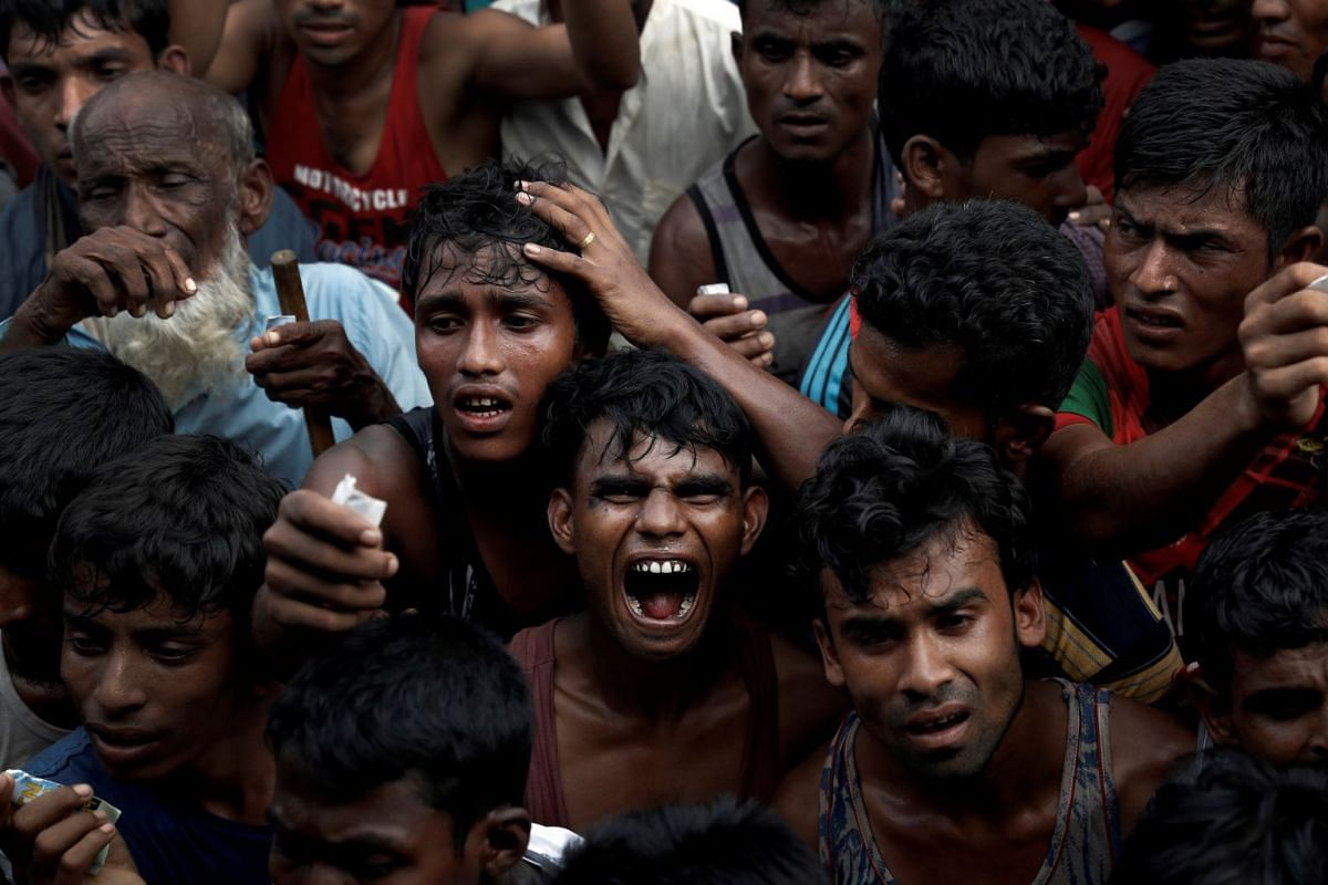 Rohingya refugees scuffle as they wait to receive aid in Cox's Bazar, Bangladesh September 24, 2017. PHOTO: REUTERS