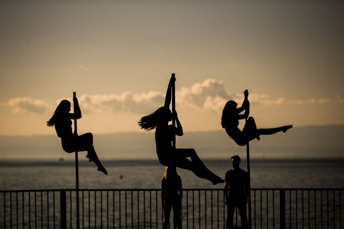 Poleartists performs a show at the 'Montreux Acrobaties', an event at the shore of the lake Geneva with over 30 different acrobatic sports in Montreux, Switzerland, 24 September 2017. PHOTO: EPA-EFE