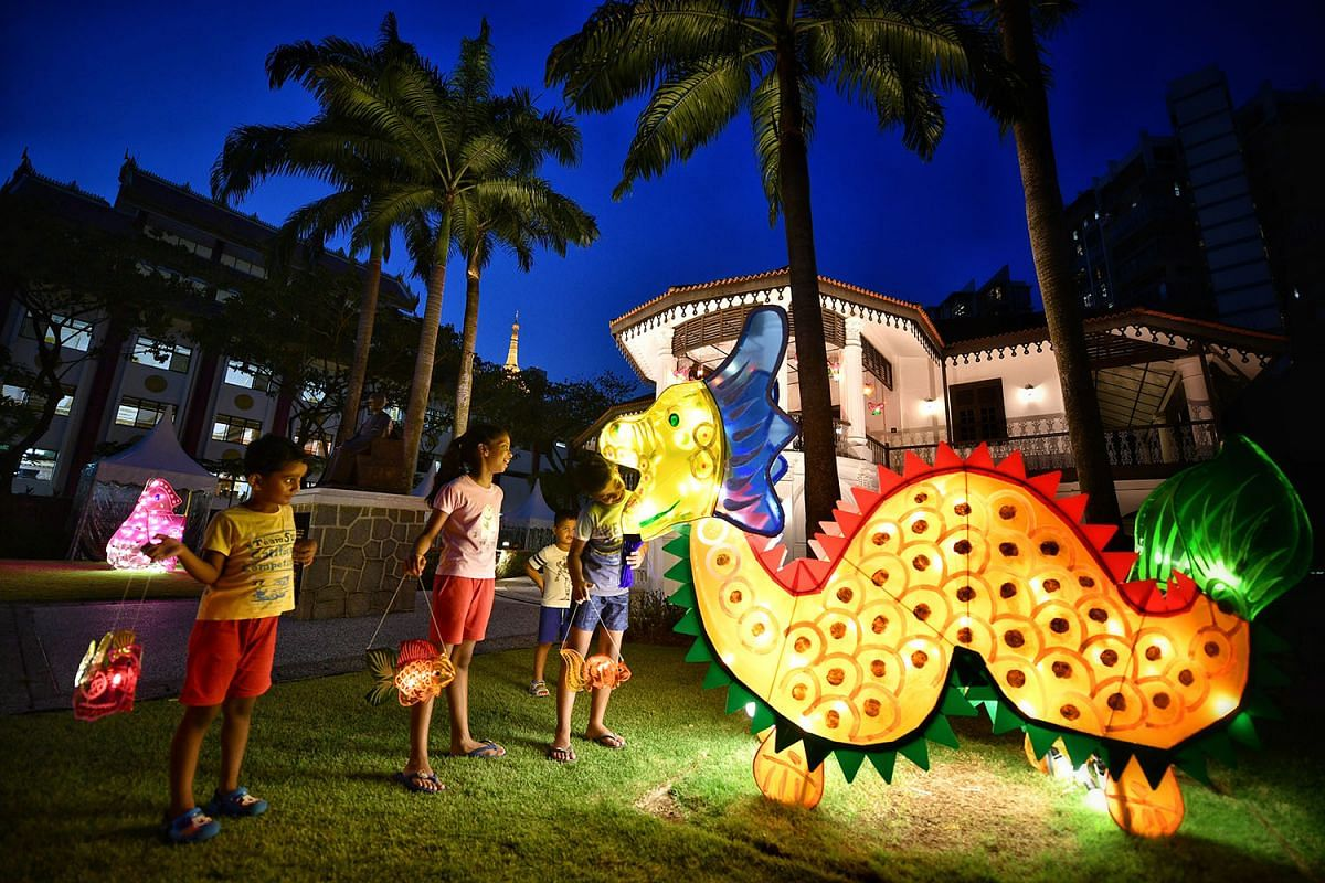 This big dragon lantern caught the eye of children at the Sun Yat Sen Nanyang Memorial Hall in Balestier, Sept 25, 2017. Lanterns featuring other designs like fish will be lit nightly from today, Sept 26 to Oct 15, except on Mondays. PHOTO: THE STRAI