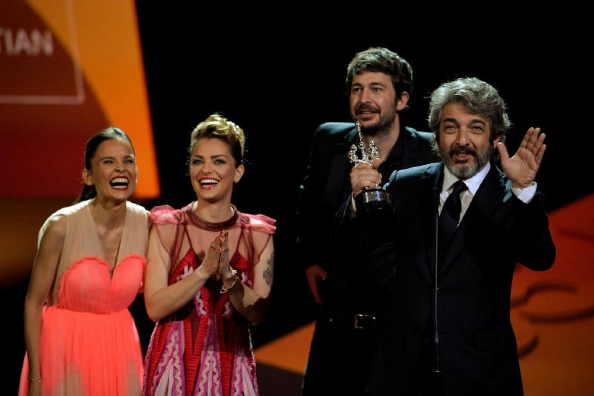 Actors Elena Anaya and Dolores Fonzi, with film director Santiago Mitre, share the stage with Argentinian actor Ricardo Darin as he receives his Donostia Award for Lifetime Achievement.