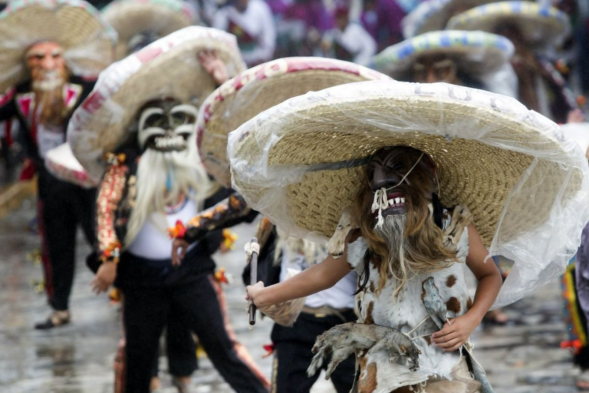 Dancers perform during the procession of Reina Huipil in Puebla, Mexico, 04 October 2017. PHOTO: EPA-EFE