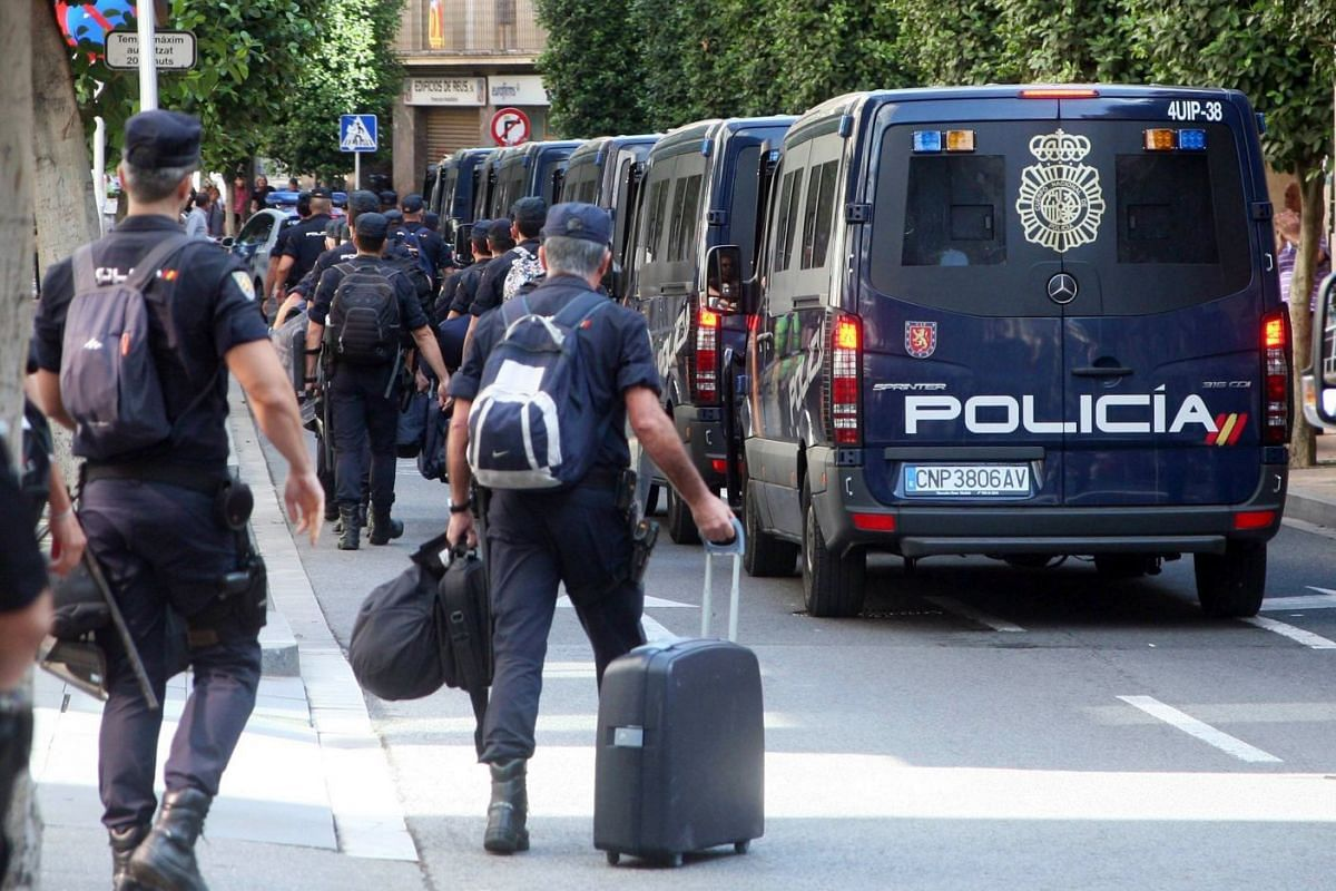 Spanish national police officers leave a hotel in Reus, Catalonia, Spain, October 5, 2017.  They were among the police and civil guards mobilised to prevent voters from taking part in the referendum for Catalan independence. PHOTO:  EPA-EFE