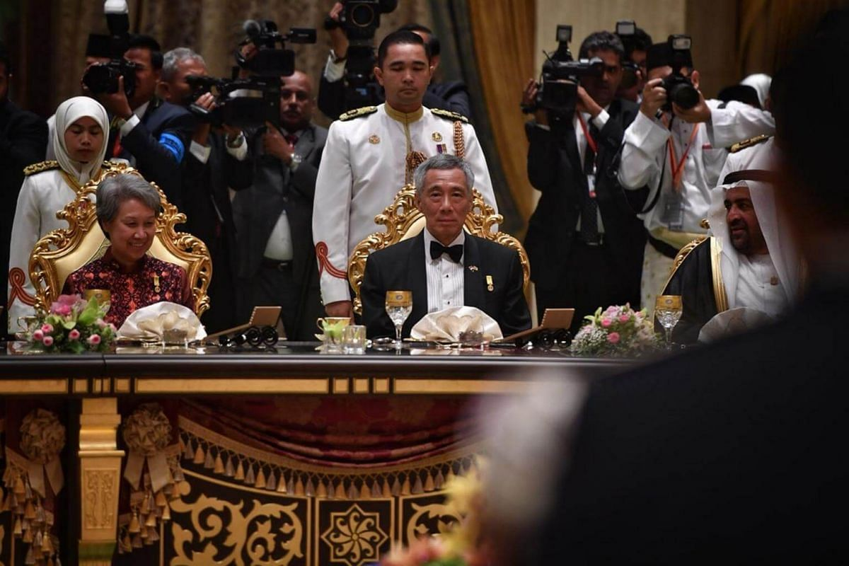 Prime Minister Lee Hsien Loong, who had an audience with Sultan Bolkiah earlier in the day, was there with Mrs Lee.