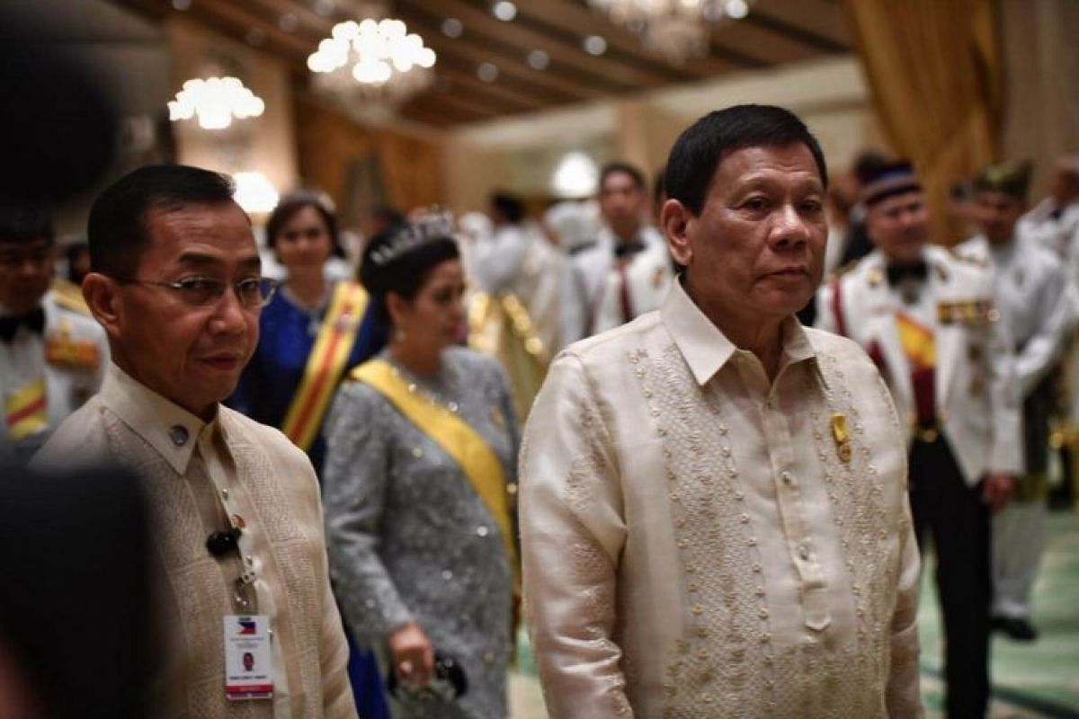 Philippines President Rodrigo Duterte was seated beside the Sultan and his wife.
