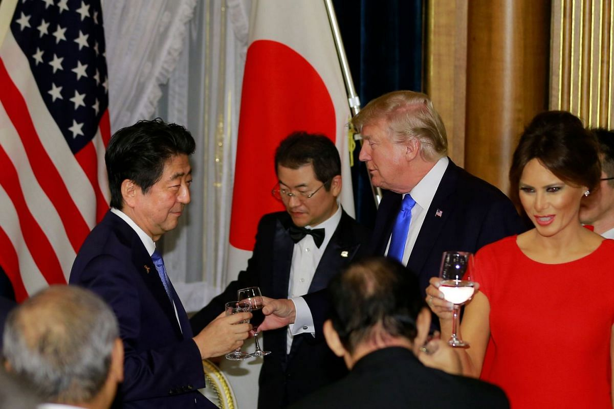 US President Trump toasts with PM Abe (left) at the opening of the welcome dinner.