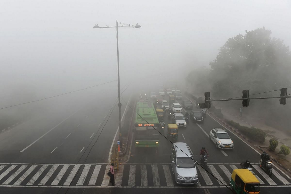 Indian commuters drive amid heavy smog in New Delhi on November 8, 2017. Delhi shut all primary schools on November 8 as pollution levels hit nearly 30 times the World Health Organization safe level, prompting doctors in the Indian capital to warn of