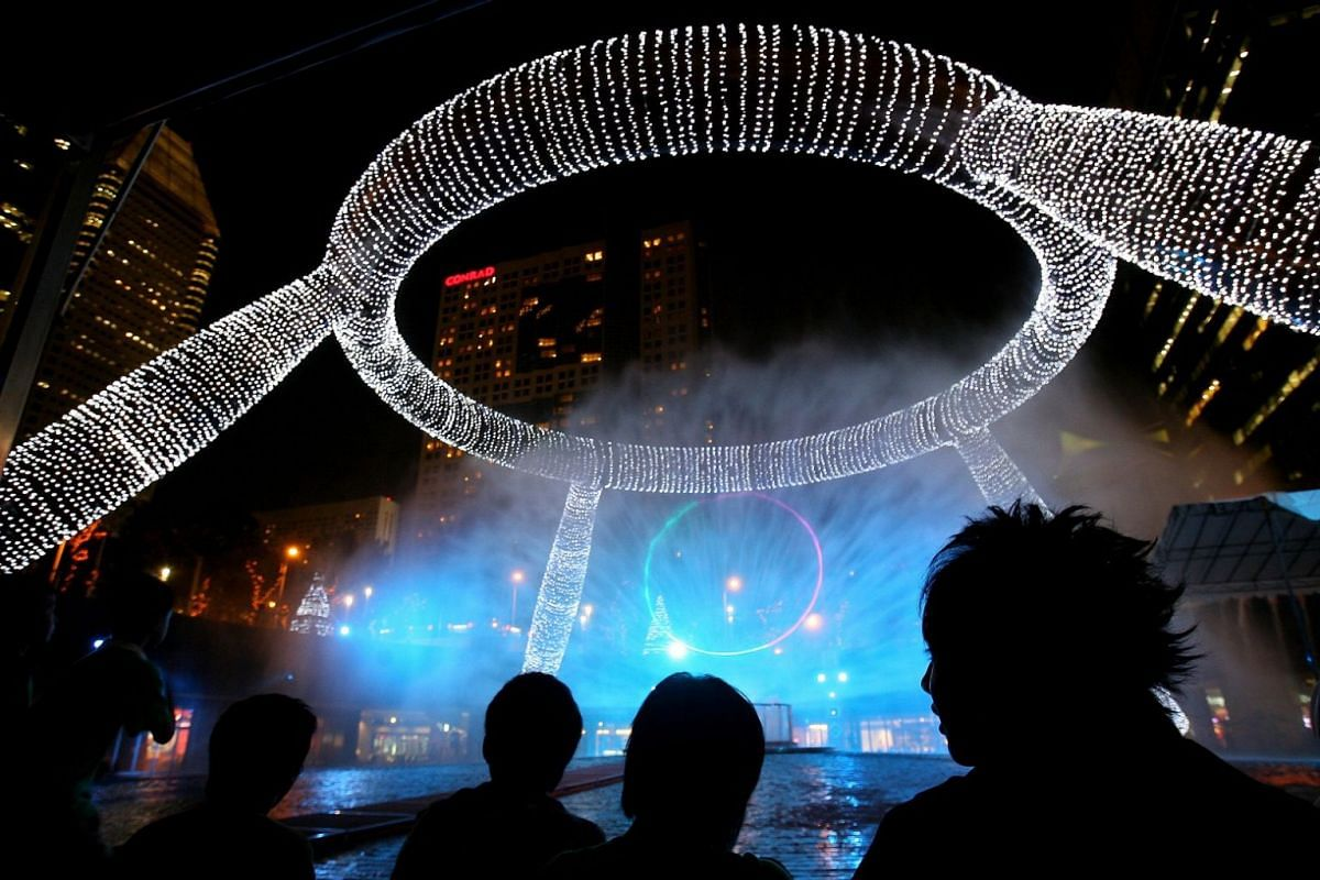 2007: Revellers were treated to a light and music spectacle at Suntec City Mall's Fountain of Wealth - done up in lights for the first time to welcome the Christmas festive season.