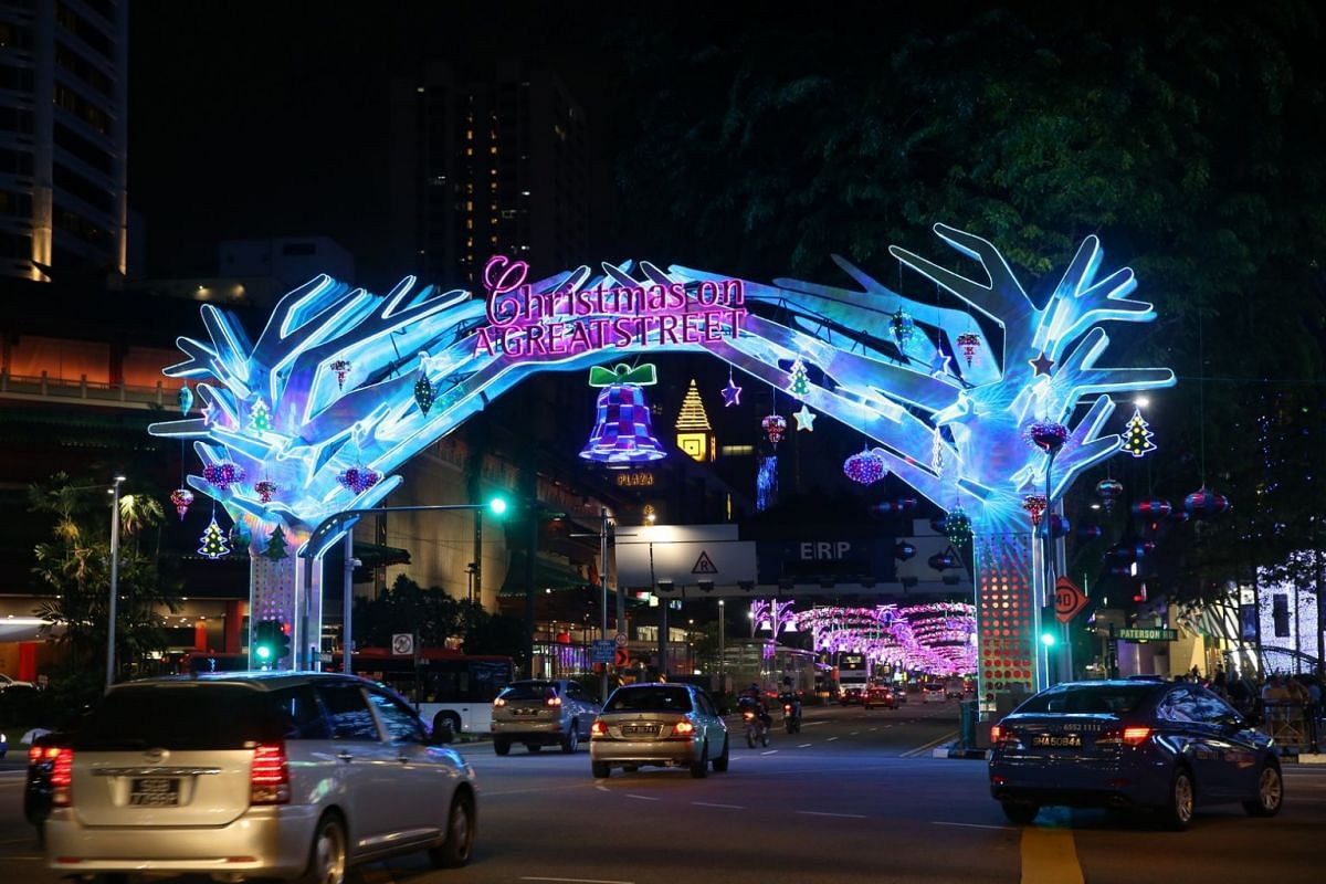 2015: The Christmas light-up on Orchard Road mixed modern colours with a traditional theme. Themed Christmas On A Great Street, the decorations stretched 3.38km from Tanglin Mall to Plaza Singapura.