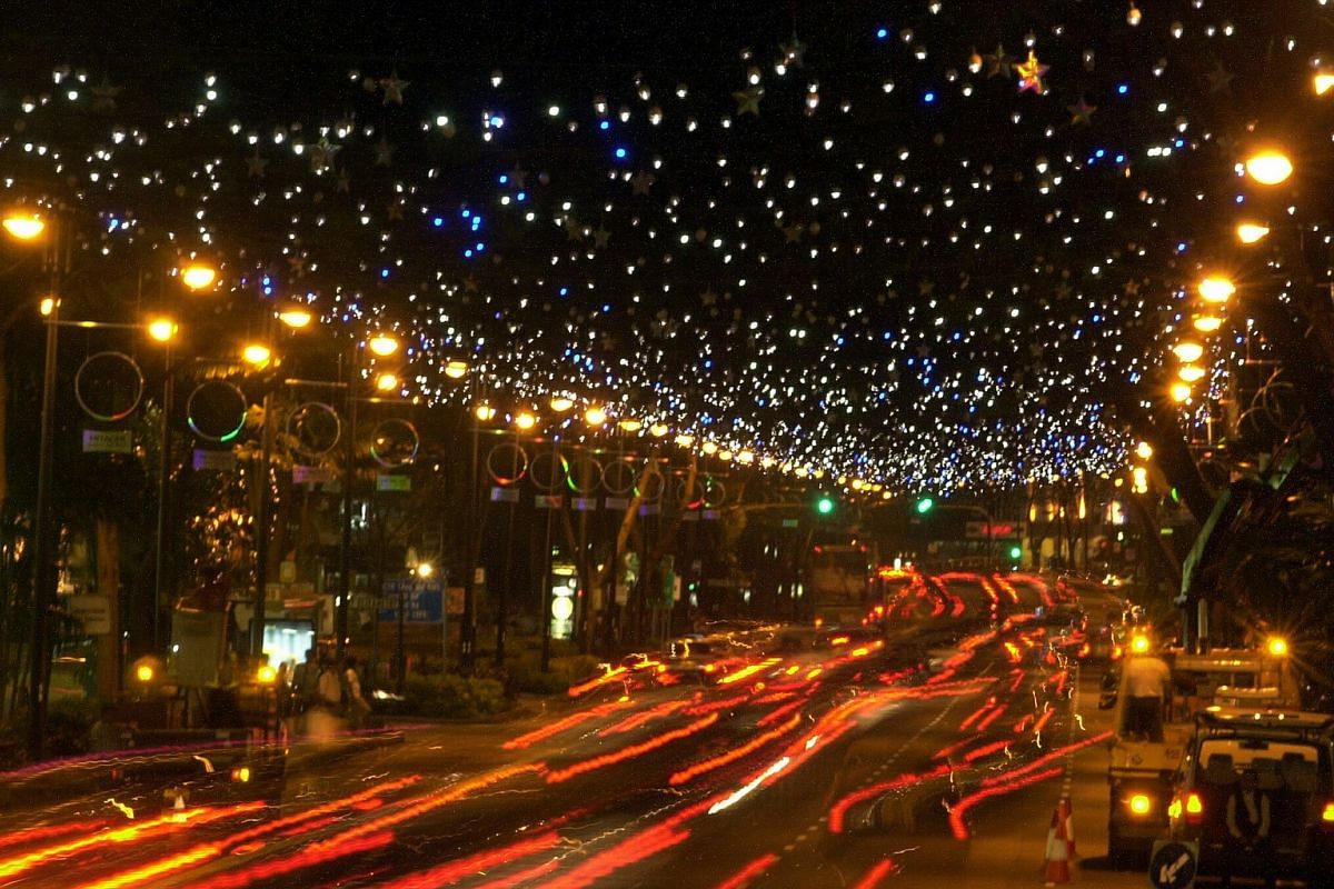2005: 35,000 lights flashed like stars in the night sky, as rings covered with holographic paper lined lamp posts along Orchard Road during the Christmas light-up back then.