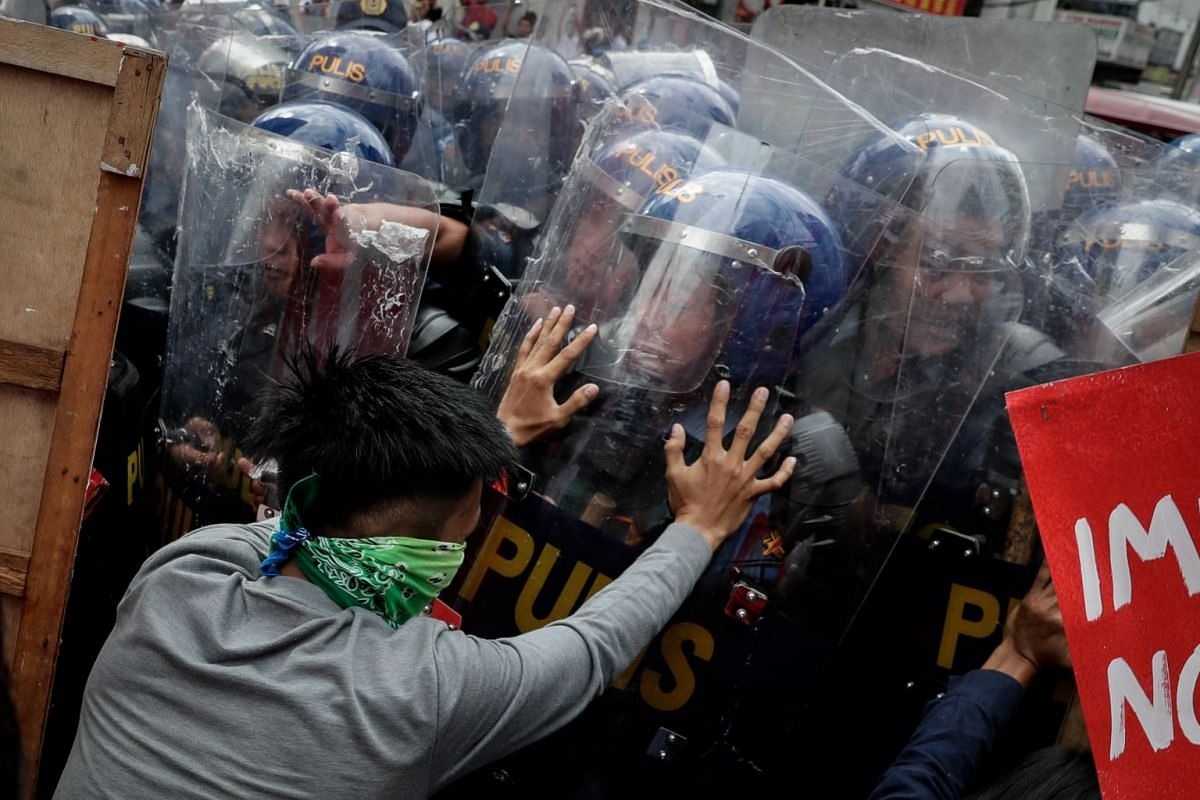 Activists clash with riot police during a protest near the US embassy in Manila, Philippines, November 10, 2017. The Philippines will host the 31st Association of South East Asian Nations (ASEAN) Summit and Related Meetings from November 10 to 14, du