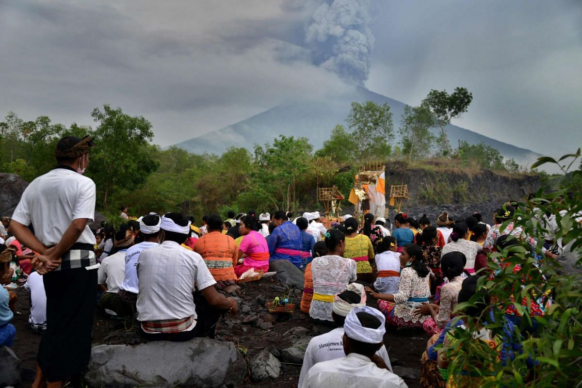 Balinese Hindus take part in a ceremony, where they pray near Mount Agung in hope of preventing a volcanic eruption, in Muntig village of the Kubu sub-district in Karangasem Regency on Indonesia's resort island of Bali on November 26, 2017. PHOTO: AF