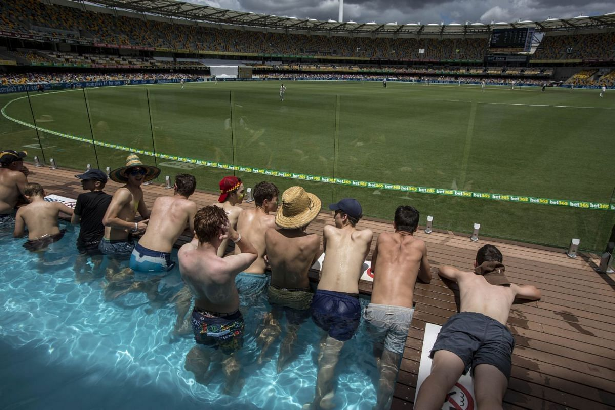Cricket fans watch the play from a pool on Day Five of the First Test match between Australia and England at the Gabba in Brisbane, Queensland, Australia, November 27, 2017. PHOTO: EPA-EFE