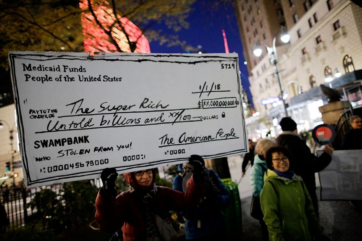 Demonstrators take part in a protest against tax cuts for rich people in the Manhattan borough of New York City, New York, U.S., November 27, 2017. PHOTO: REUTERS