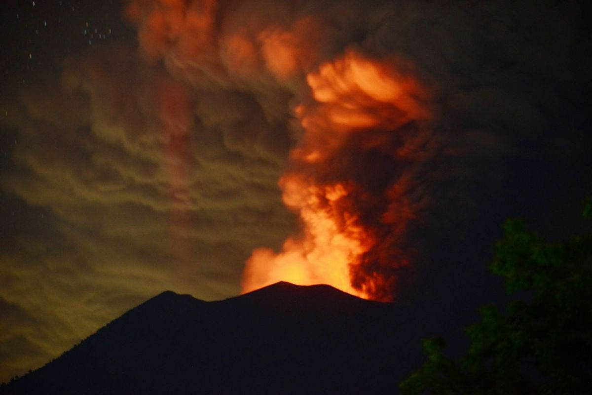 A general view shows Mount Agung erupting seen at night from Kubu sub-district in Karangasem Regency on Indonesia's resort island of Bali on November 28, 2017. PHOTO: AFP