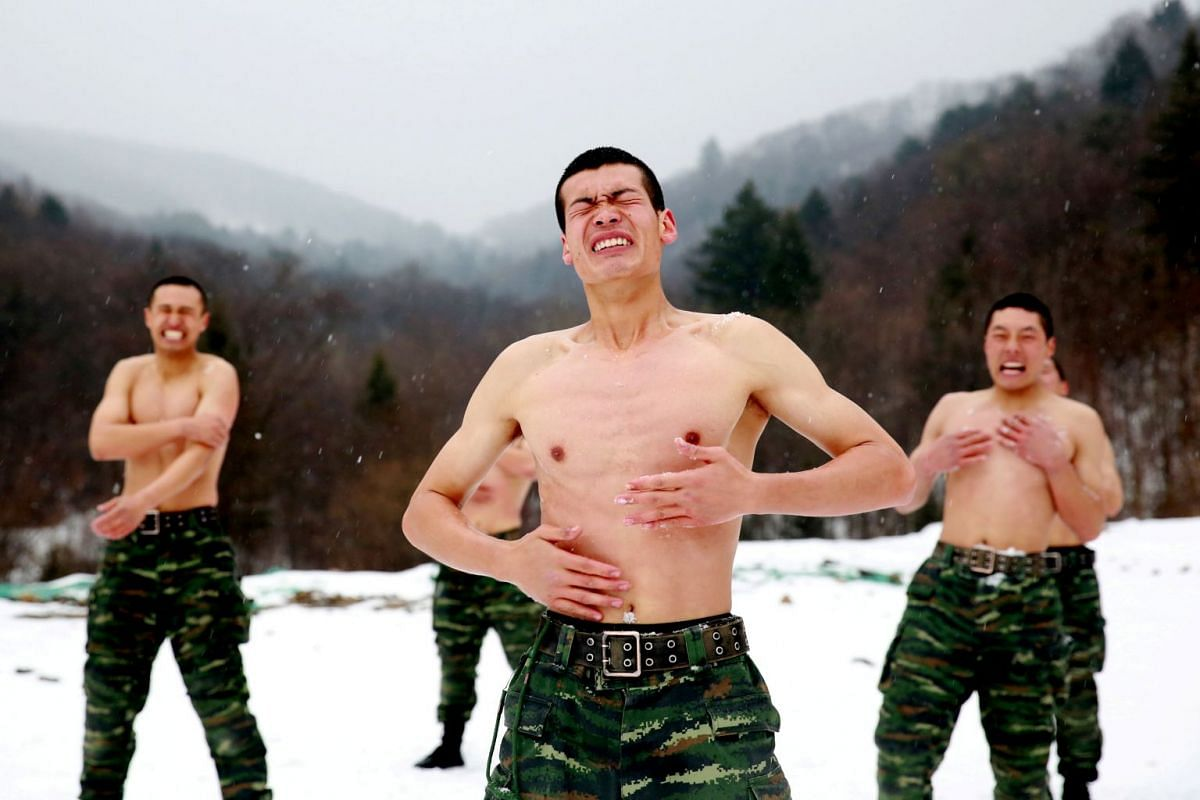 Paramilitary soldiers put snow onto their bodies in a temperature around negative 25 degrees Celsius (minus 13 degrees Fahrenheit) during a winter training session at a snowfield in Changchun, Jilin province, China November 28, 2017. PHOTO: HANDOUT V