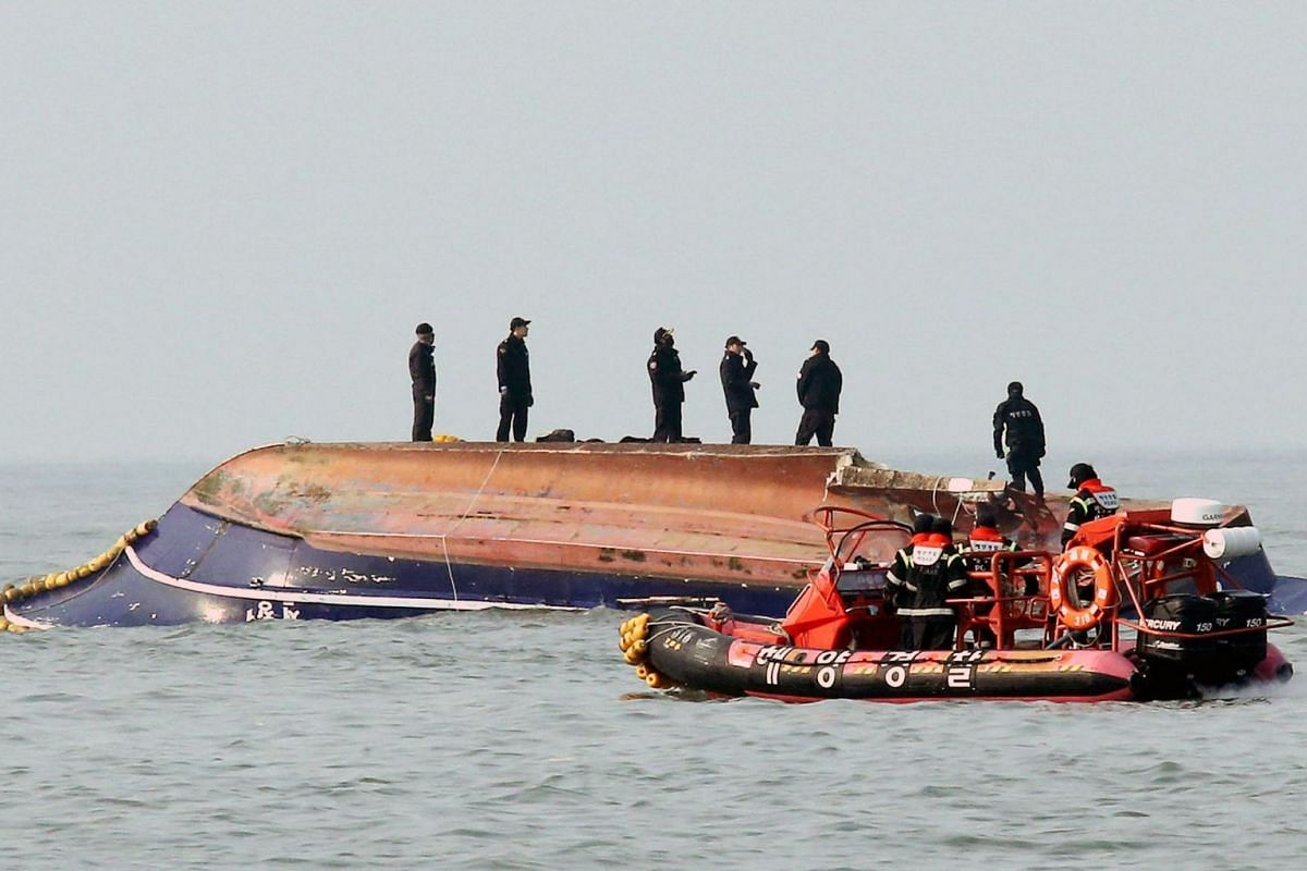 South Korean coastguard members search for missing persons after a fishing boat crashed with a fuel tanker at sea near the western port city of Incheon on December 3, 2017. PHOTO: YONHAP VIA AFP
