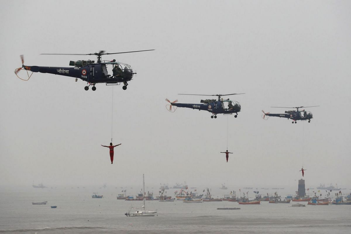 Indian Navy marine commandos demonstrate their skills during Navy Day celebrations in Mumbai, India, December 4, 2017. PHOTO: REUTERS