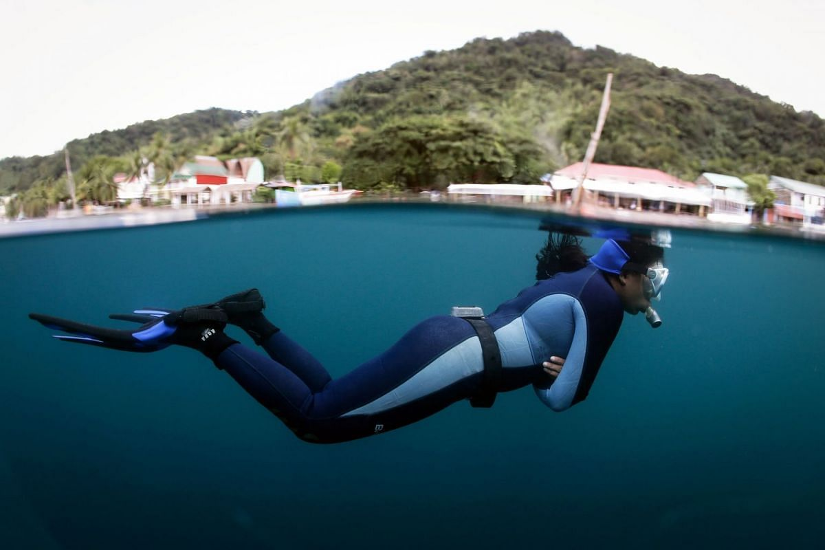 A freediver looks on during a diving session in Anilao, Batangas, south of Manila, Philippines, December 4, 2017. PHOTO: EPA-EFE