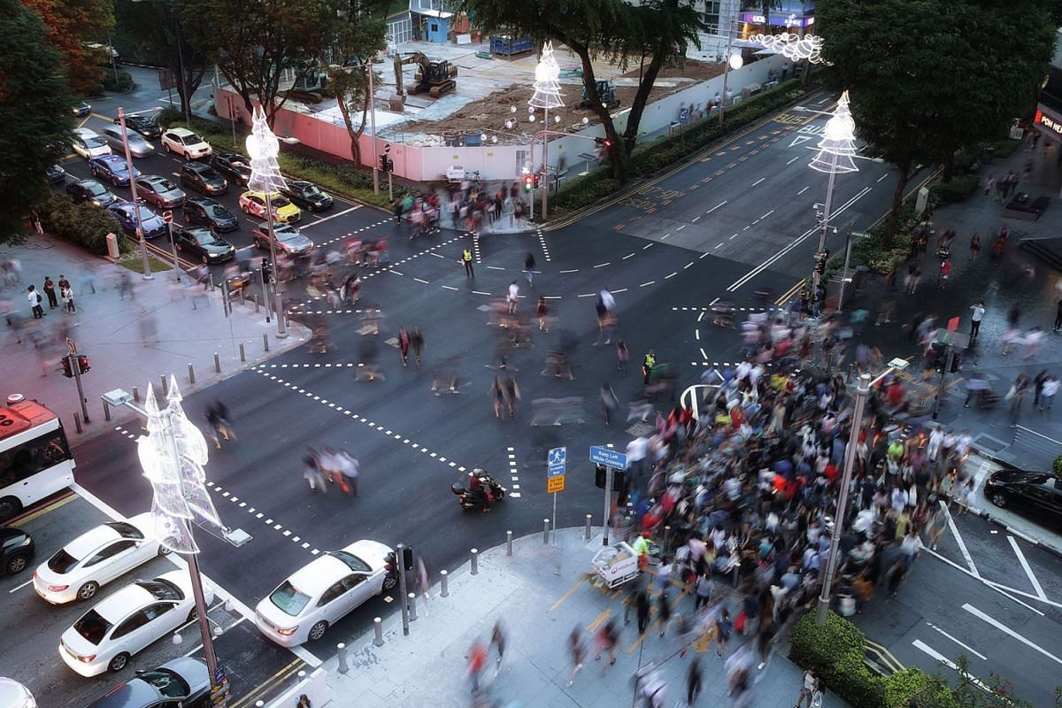 Shoppers could cross the Cairnhill Road-Orchard Road intersection diagonally on Dec 16, 2017. The trial, to make the shopping precinct more pedestrian-friendly, will take place every weekend and public holiday until Jan 28. PHOTO: THE STRAITS TIMES/K
