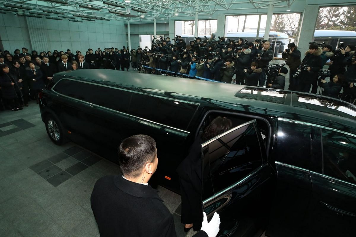 The funeral procession for Kim Jong Hyun leaves Asan Medical Center in Seoul, South Korea, on Dec 21, 2017.