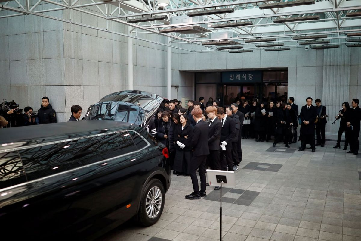Relatives and celebrities react as the coffin of Kim Jong Hyun is transferred to a hearse during the funeral at a hospital in Seoul on Dec 21, 2017.