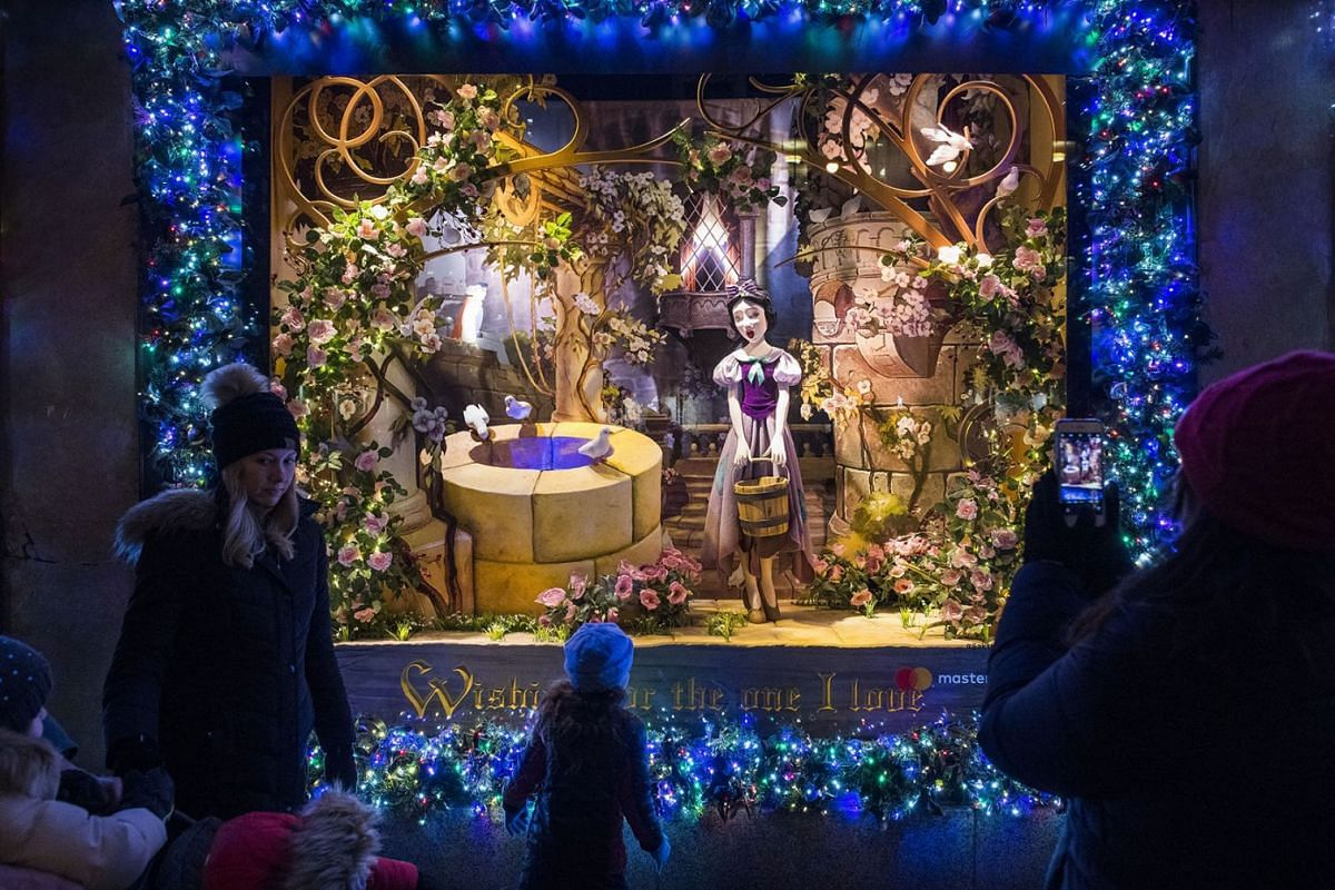 A photo released on December 22, 2017  shows passersby and tourists outside the holiday window displays at Saks Fifth Avenue in New York, December. 11, 2017. PHOTO: THE NEW YORK TIMES