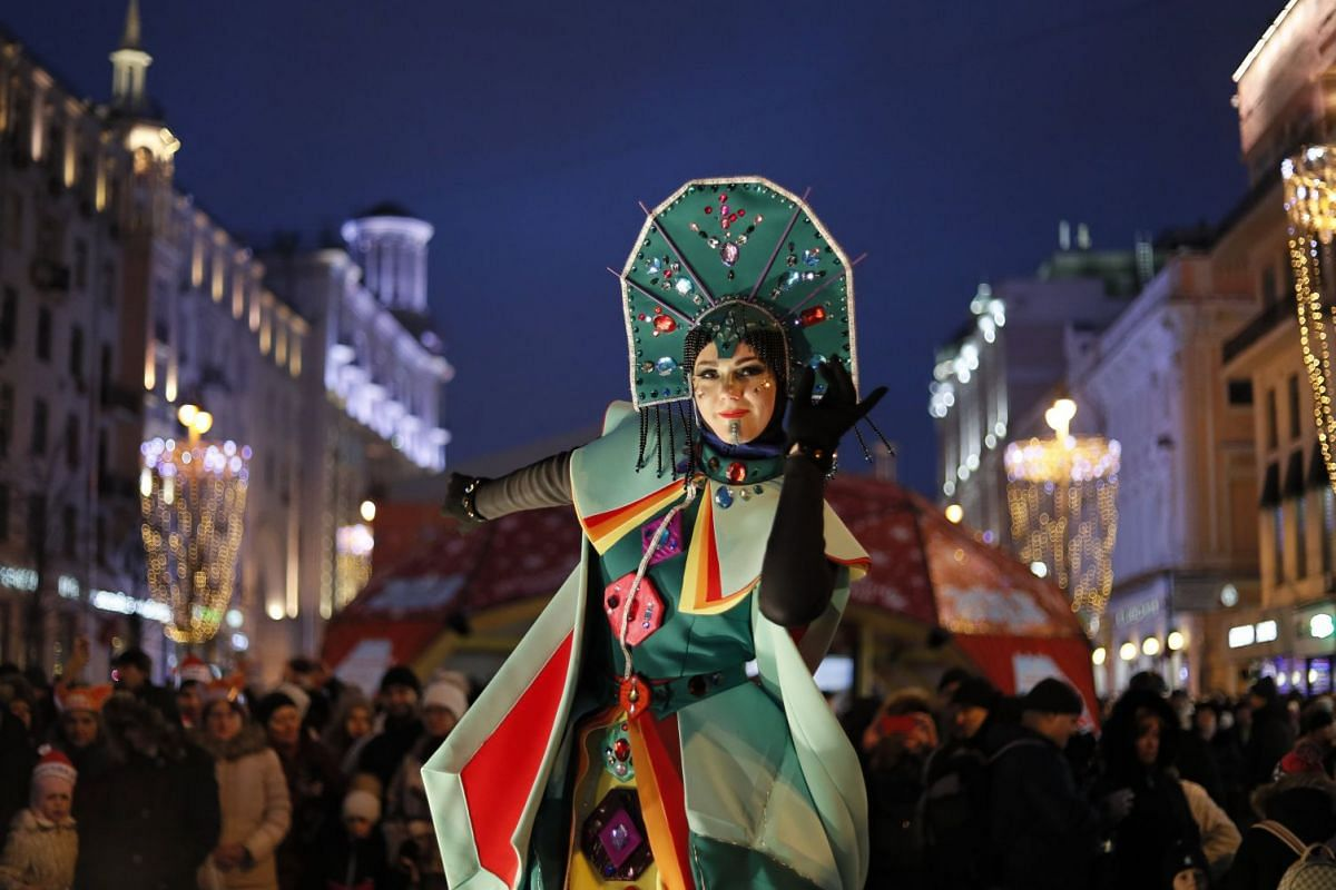 An actor and Russian people take part in a festivities of New Year celebration in Moscow, Russia, January 2, 2018. Moscow has decorated its central squares and streets for the 2018 New Year celebrations. PHOTO: EPA-EFE