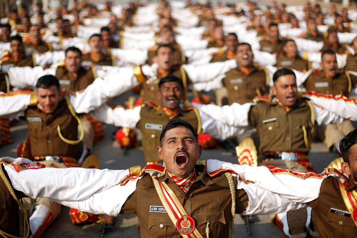 Indian soldiers take part in a laughter yoga session during their rehearsal for the Republic Day parade on a winter morning in New Delhi, India January 11, 2018. PHOTO: REUTERS
