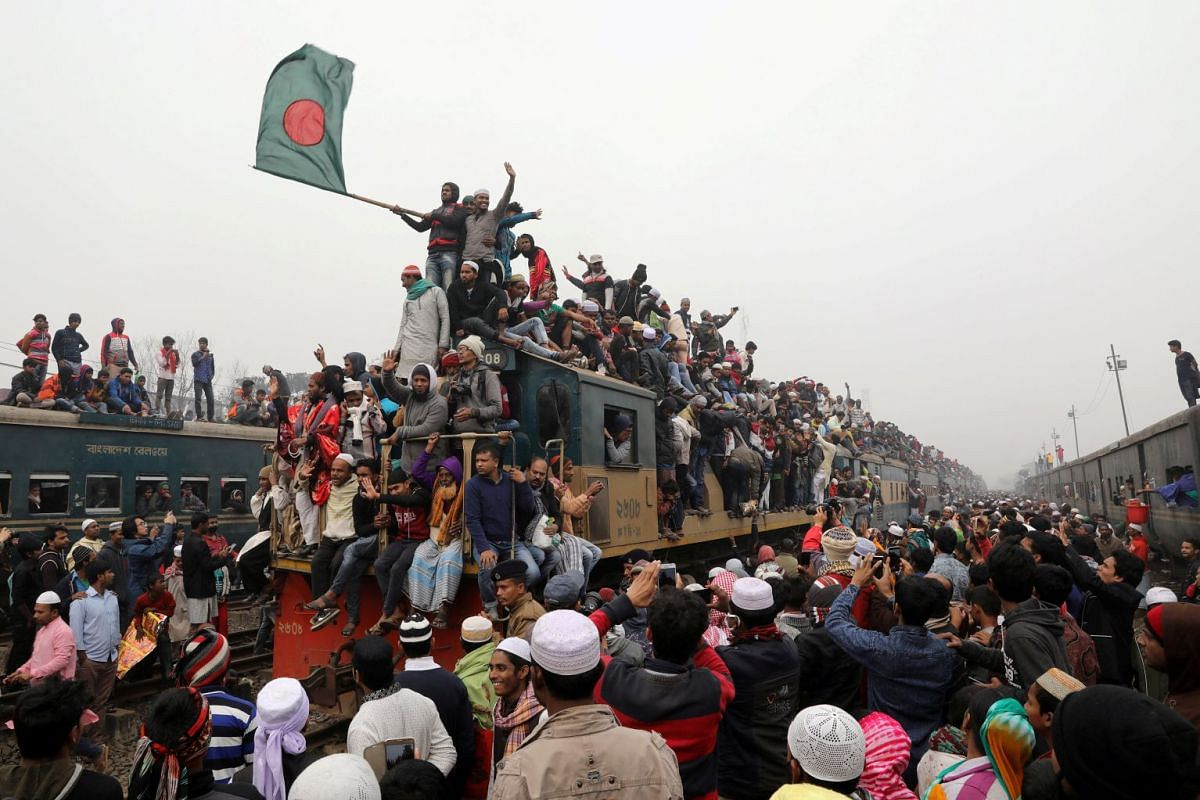 """An overcrowded train leaves Tongi rail station after the final prayer of """"Bishwa Ijtema"""", the world congregation of Muslims, on the banks of the Turag river in Tongi near Dhaka, Bangladesh, January 14, 2018."""
